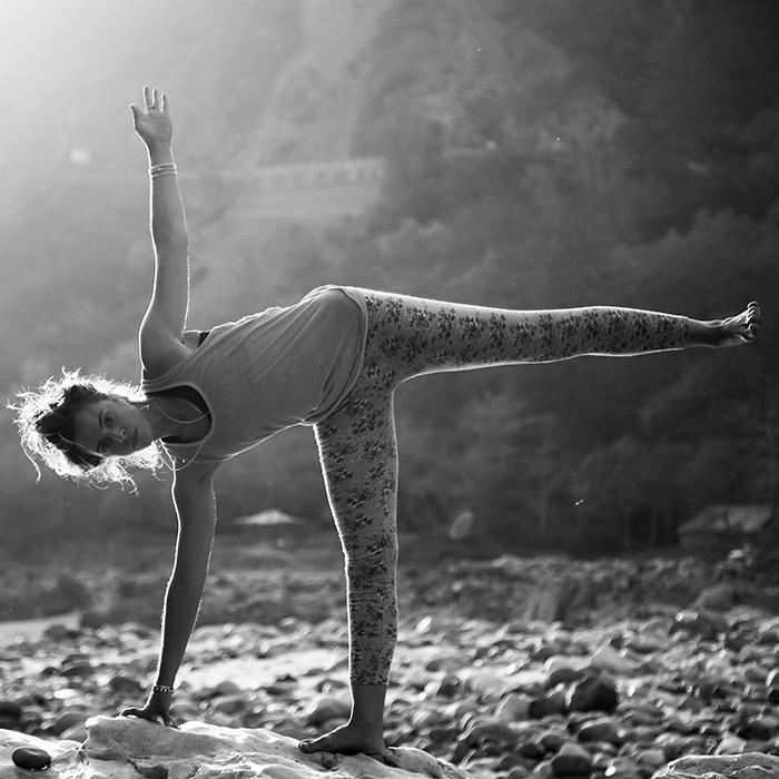 yoga asana posture lune ardhachandrasana